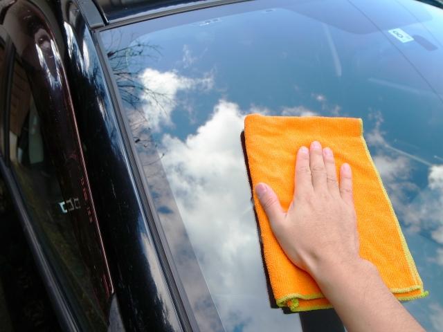 車の窓掃除